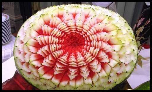 تصاویر میوه ها و خوراکی های تزئین شده در شب یلدا-جشن شب یلدا-تزئین هندوانه شب یلدا-tazein hendavane shab chele-تزیین هندوانه-میوه های شب چله-تربچه-سیب-انار-طالبی-آناناس-کدو-کیوی